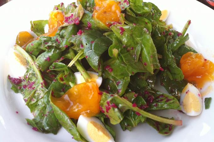 Hurmalı körpe ıspanak salatası