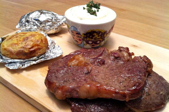Fırında patates & antrikot, ekşi krema ile