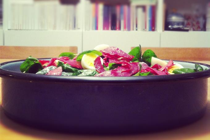Pastırmalı körpe ıspanak salatası