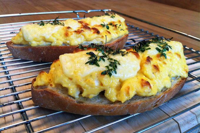 Ekmek üstü çırpılmış yumurta